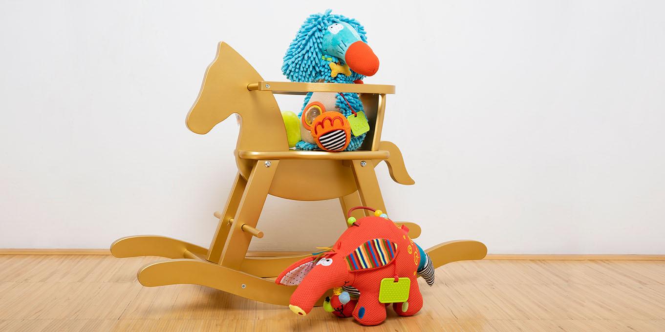 Geschenkideen für Kinder, Schaukelpferd und Kuscheltiere von der Kidsworld Tyrol