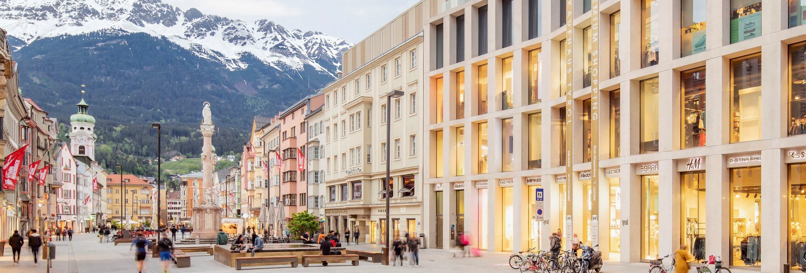 Fassade KAufhaus Tyrol und Maria Theresien Straße mit Blick auf die Nordkette