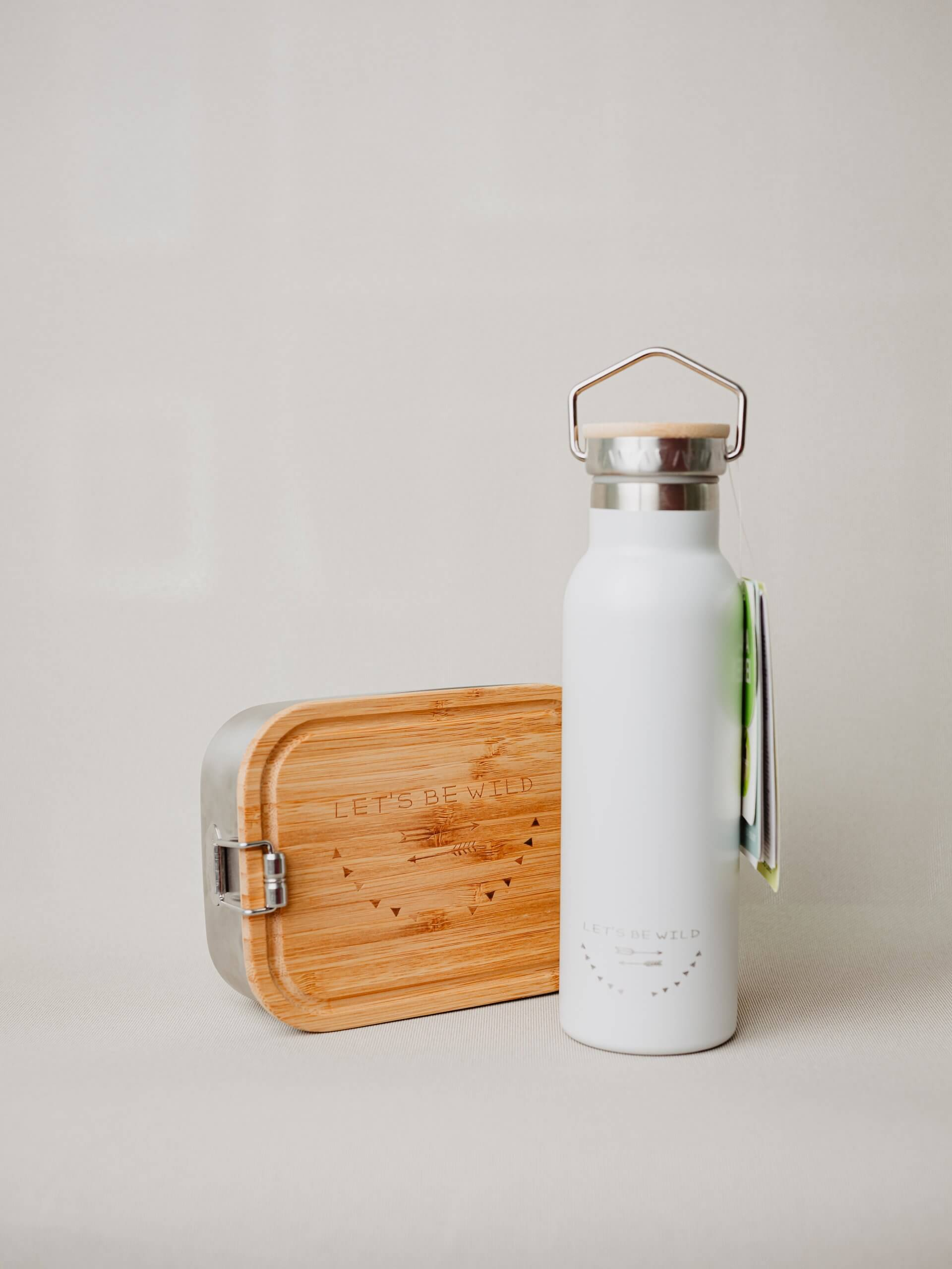 Trinkflasche, Stifte und Jausenbox für die Schultasche