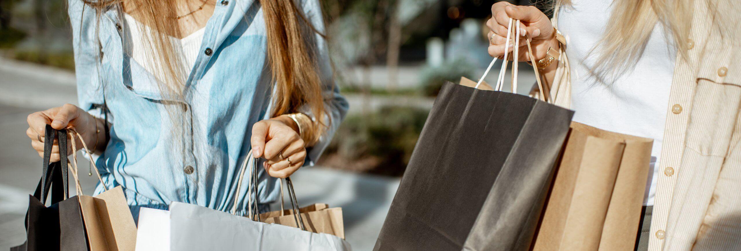 Zwei Mädchen mit Shopping Bags
