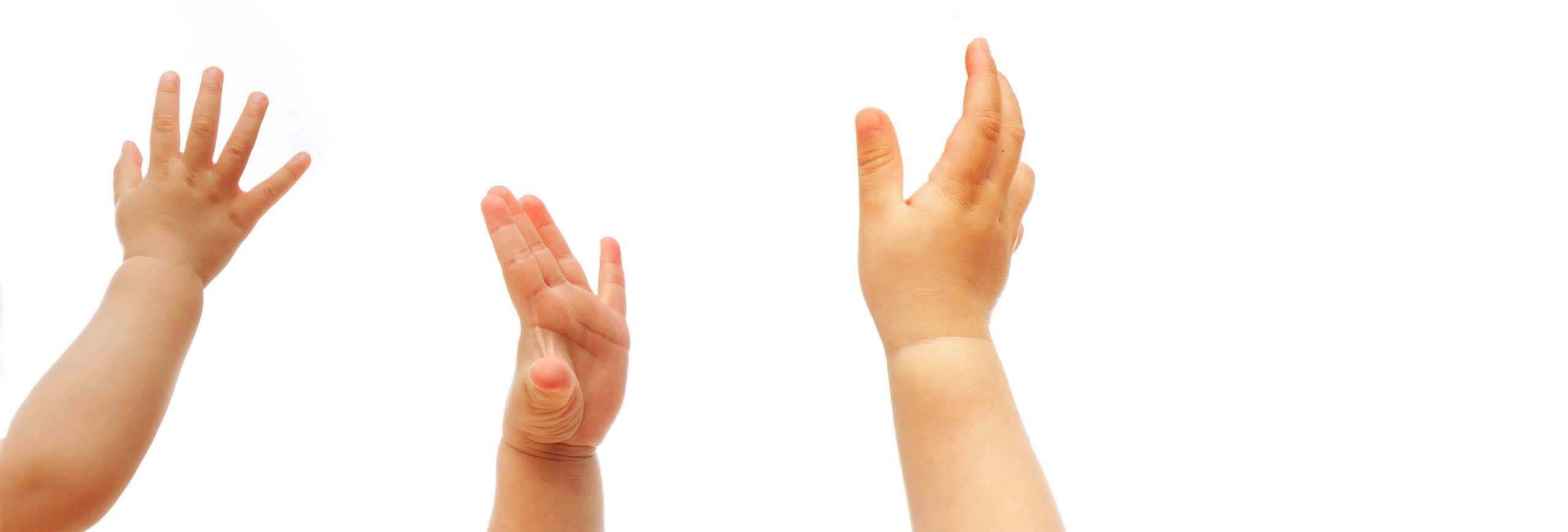Babyhände in der Luft